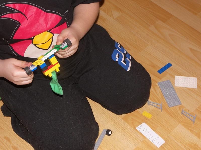 enfant joue legos
