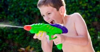 S'amuser avec de l'eau dans le jardin