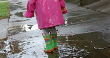 10 idées pour jouer dehors un jour de pluie