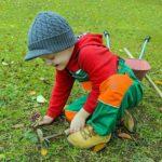 Nettoyer le jardin en famille