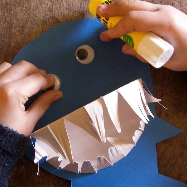 faire un requin avec une assiette en carton. Black Bedroom Furniture Sets. Home Design Ideas