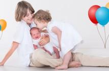 Fêter l'arrivée de bébé à la maison avec les frères et sœurs
