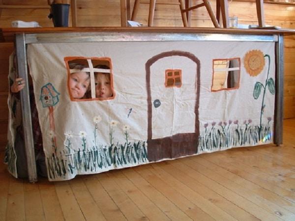 Cabane sous une table