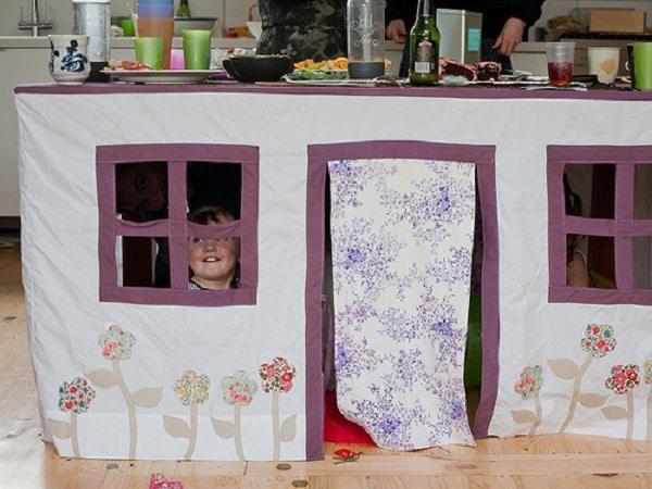 cabanes sous une table