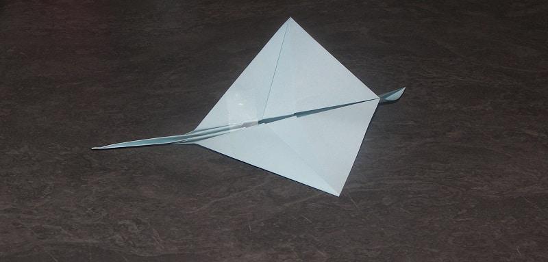 avion en papier qui vole loin. Black Bedroom Furniture Sets. Home Design Ideas