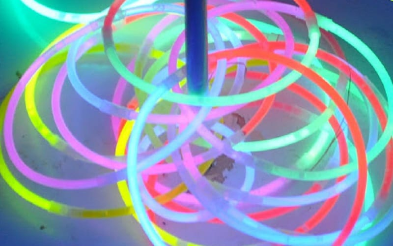 jouer et s 39 amuser avec des bracelets lumineux
