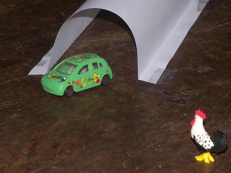 jouer avec des véhicules miniatures