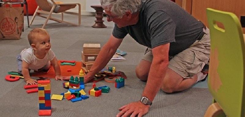 Guide des grands-parents pour choisir des jouets adaptés à l'âge des enfants