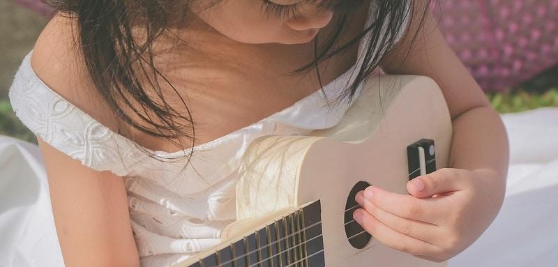 jeune enfant instrument musique