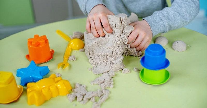 Sable cinétique maison : 8 recettes pour faire du sable magique