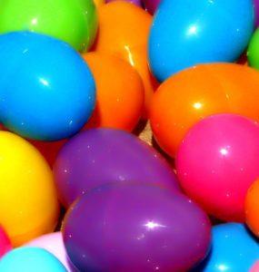 Jeux de lecture avec des œufs de Pâques en plastique