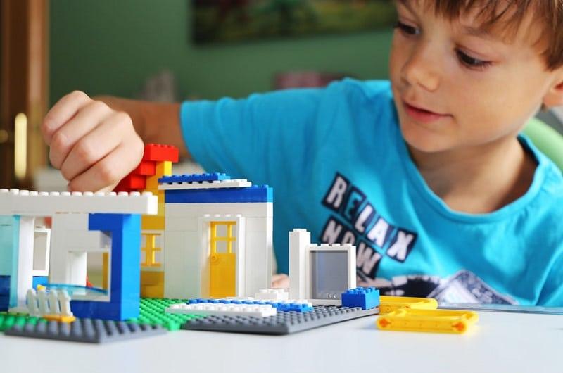 enfant jeu lego