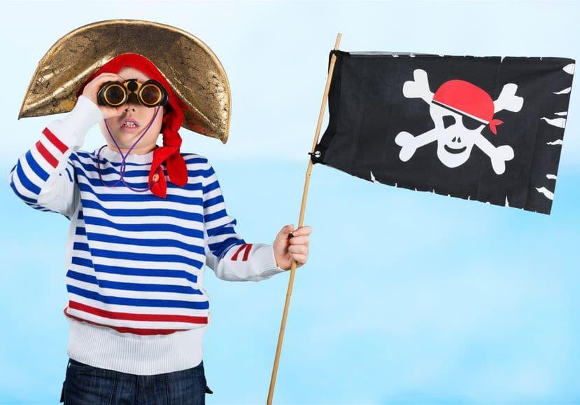 enfant drapeau pirate