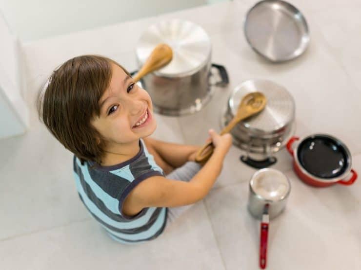 enfant musqiue casserole