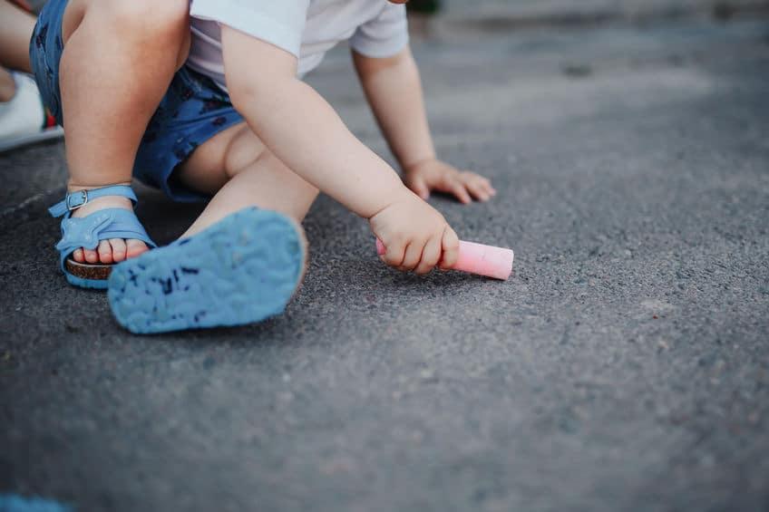 enfant dessine craie sol