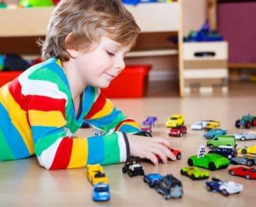 enfant petites voitures
