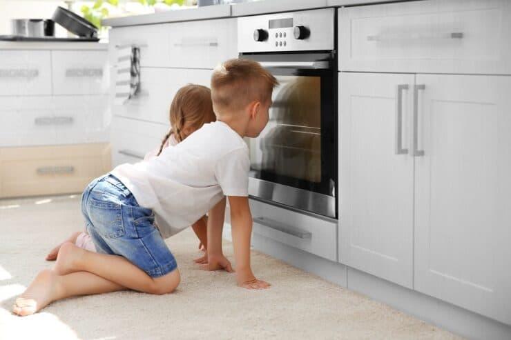 enfants surveillent four