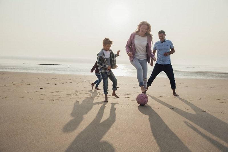 Football en famille à la plage
