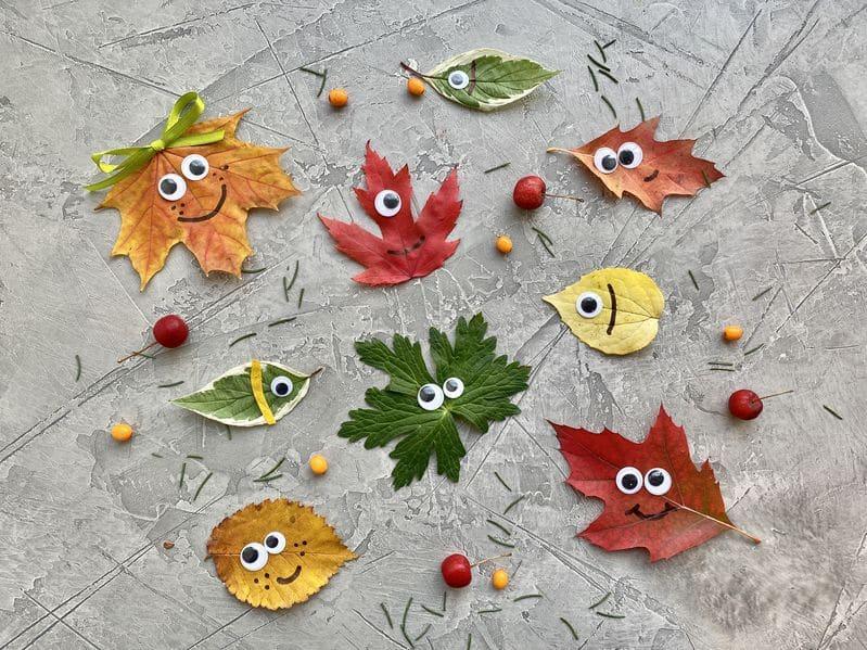 personnages avec des feuilles d'arbre