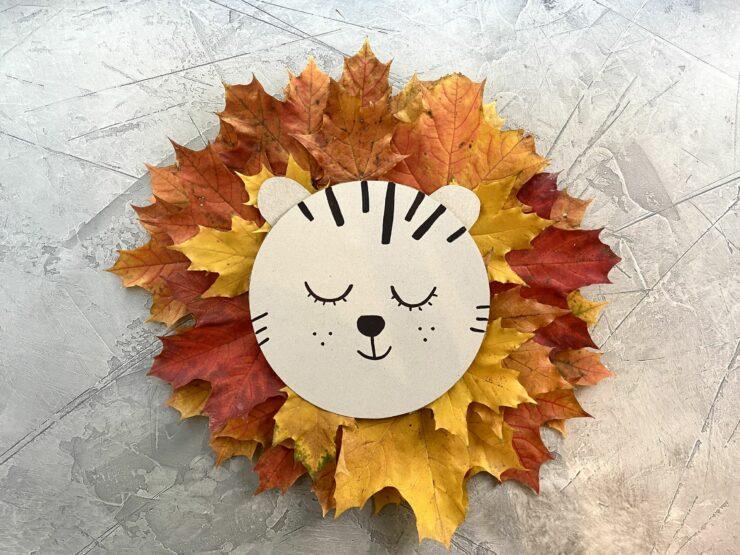 lion avec des feuilles d'arbre