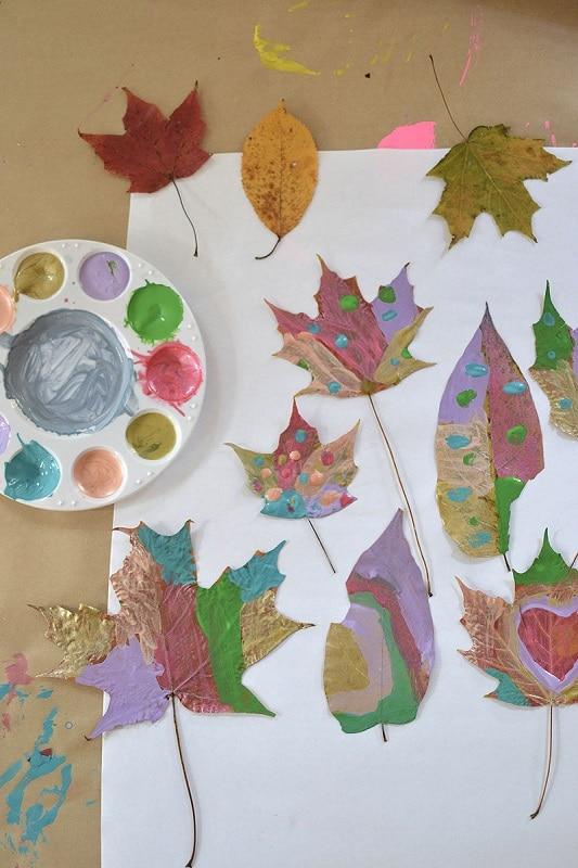 feuilles d'arbre peintes